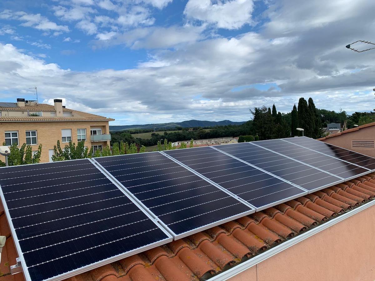 Plaques solars fotovoltaiques en un teulat.