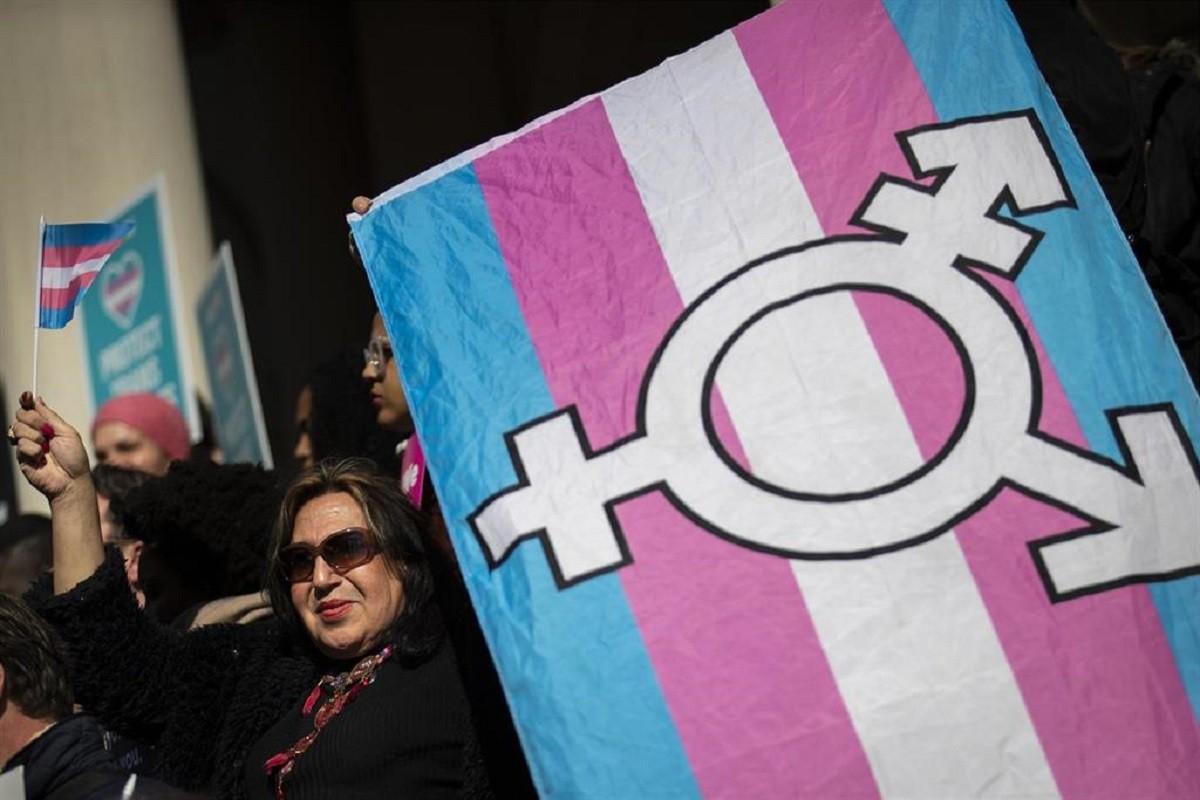 Imatge d'arxiu d'una dona trans portant una bandera del col·lectiu.