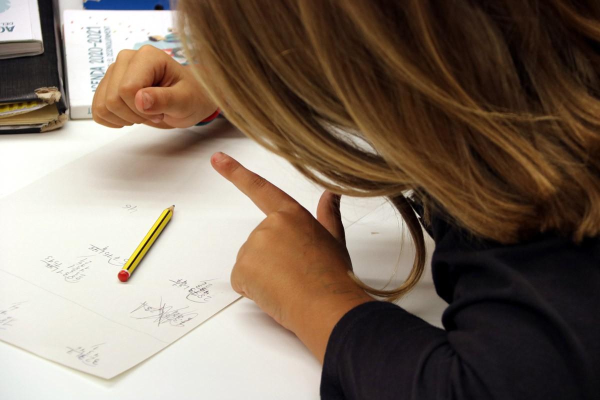 Una nena fent classes de reforç de matemàtiques