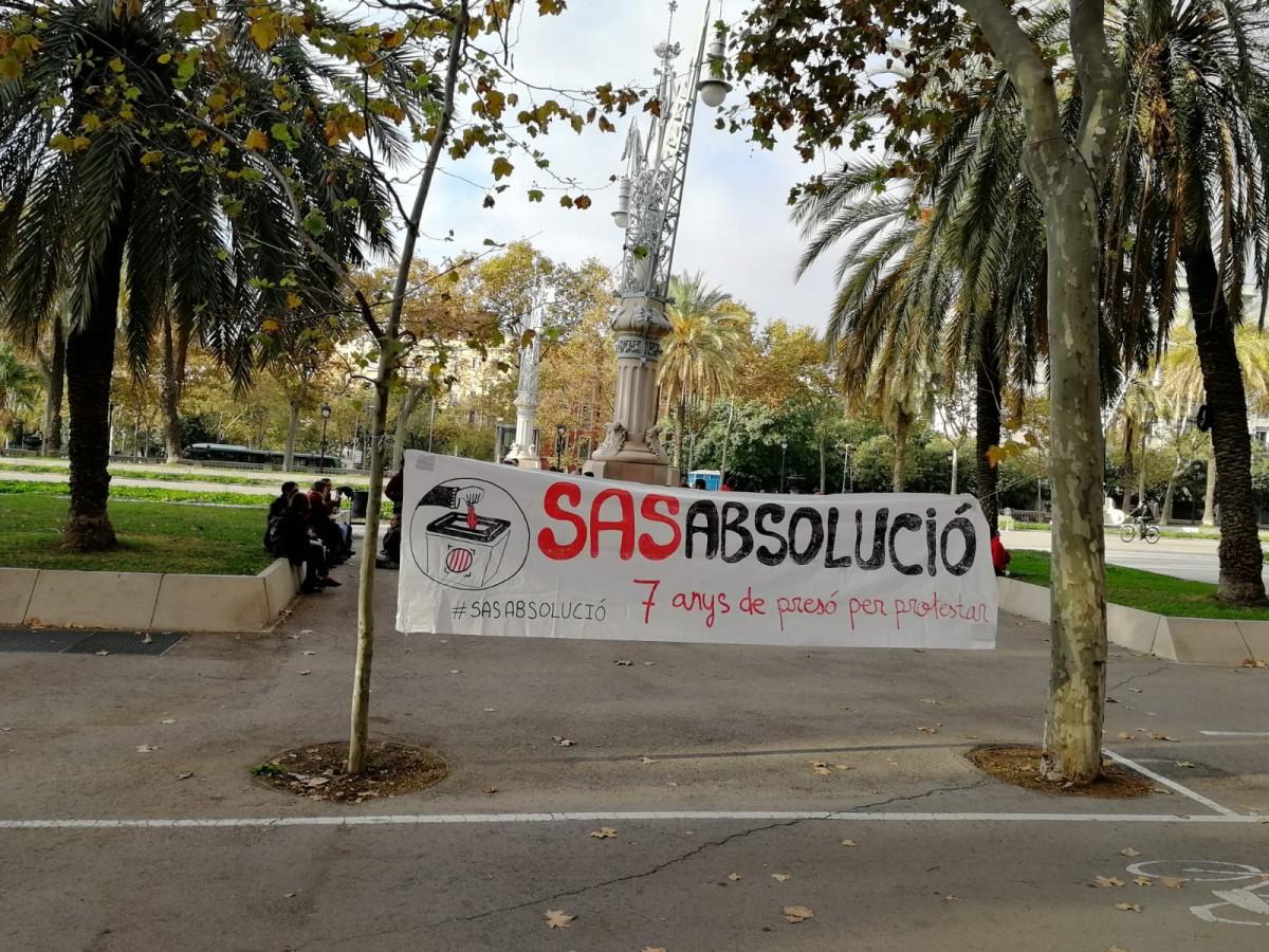 Una pancarta demanant l'absolució d'Adrián Sas a l'Audiència de Barcelona