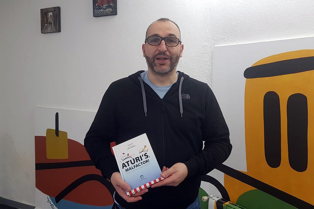 Pep Fuster amb el seu llibre «Aturi's, malfactor!»