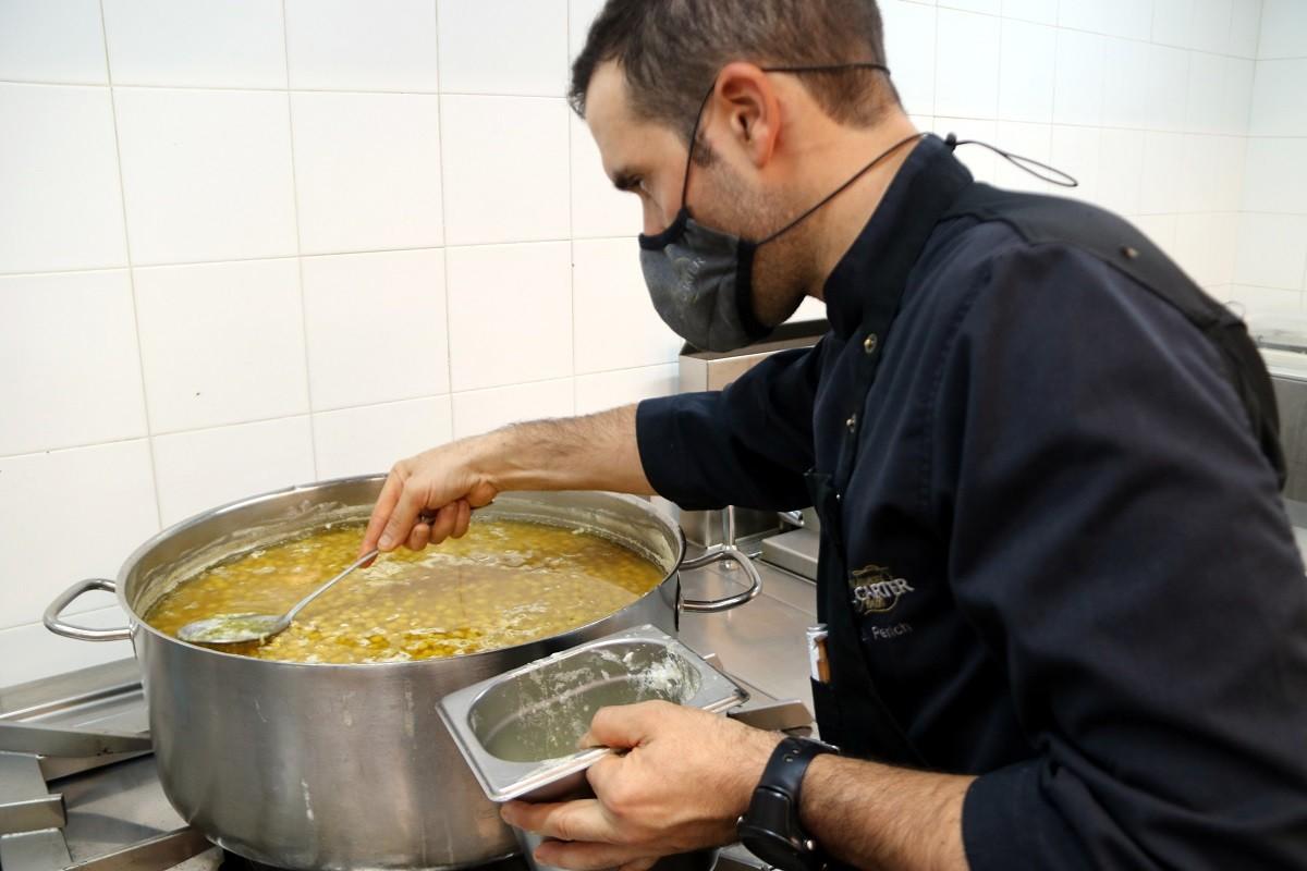 El cap de cuina de Cal Carter de Mura prepara els cigrons, un dels plats típics del restaurant