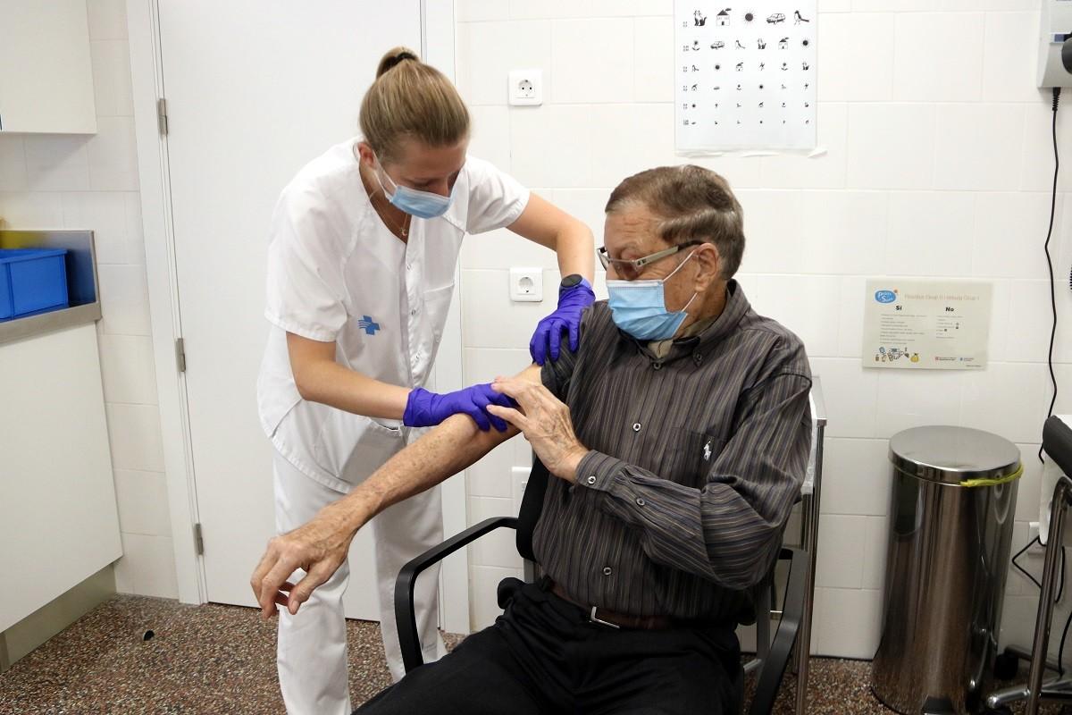 Un home durant la campanya de vacunació de la grip.