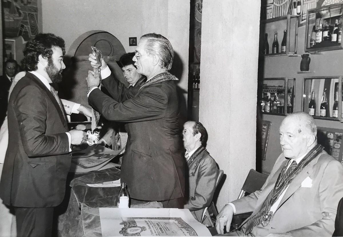 Toni Falgueras recull un premi en presència del president Tarradellas.