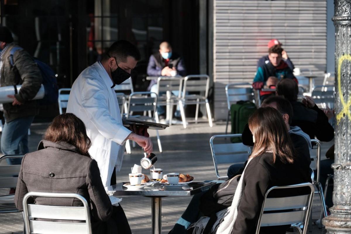 Clients a una terrassa d'un bar del centre de Barcelona
