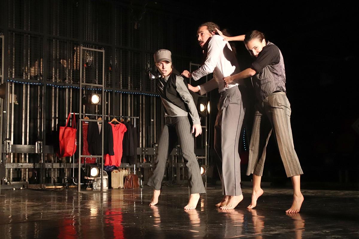 Tres ballarins de la companyia La Imperfecta durant un passi de mostra a la Sala Trono de l'espectacle