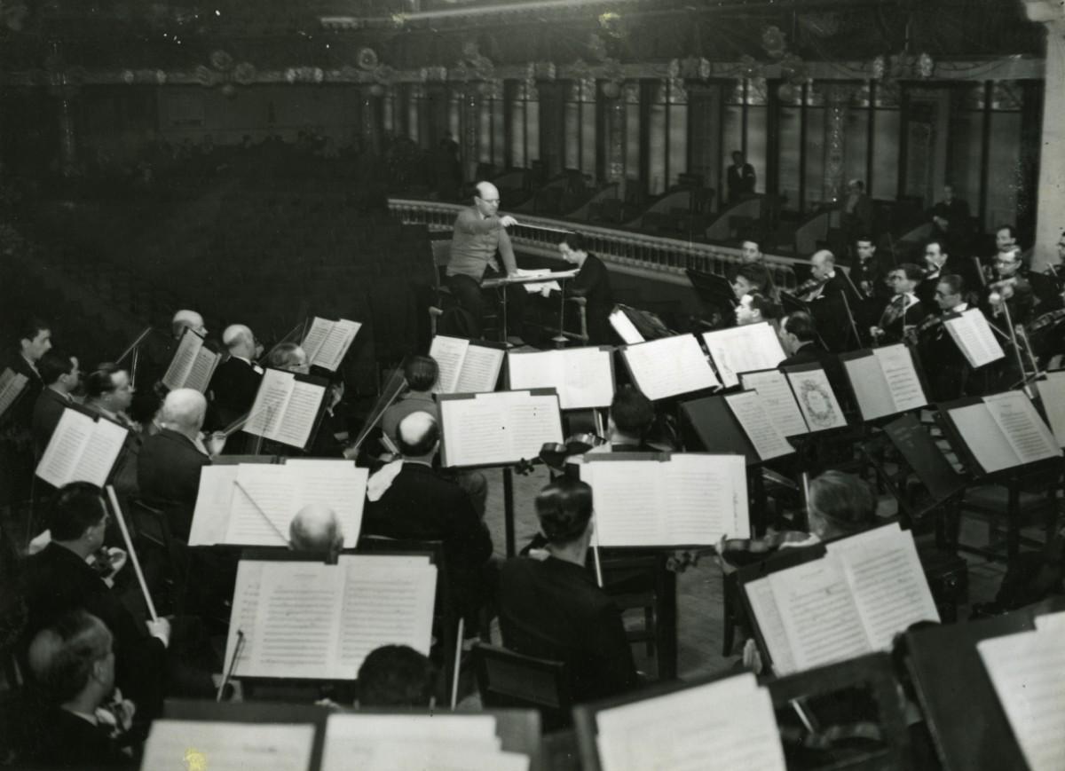 Pau Casals dirigint un assaig de la seva orquestra al Palau de la Música Catalana