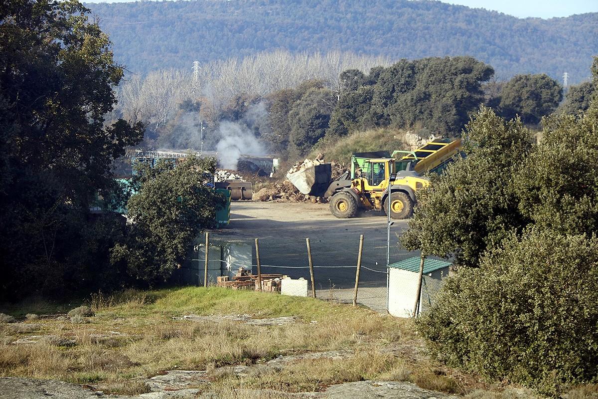 La planta de compostatge de Fumanya amb una excavadora treballant a dins