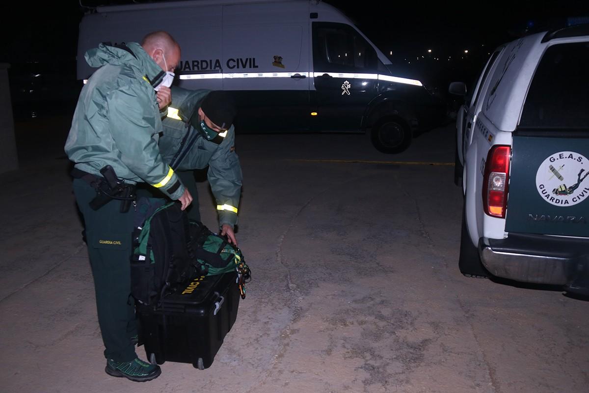Dos agents del GEAS de la Guàrdia Civil recollint el material emprat en el rescat submarí al port Sant Carles Marina