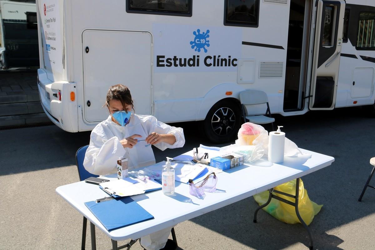 Un punt d'atenció als voluntaris de l'assaig clínic de Mitjà i Clotet, al Camp Nou.
