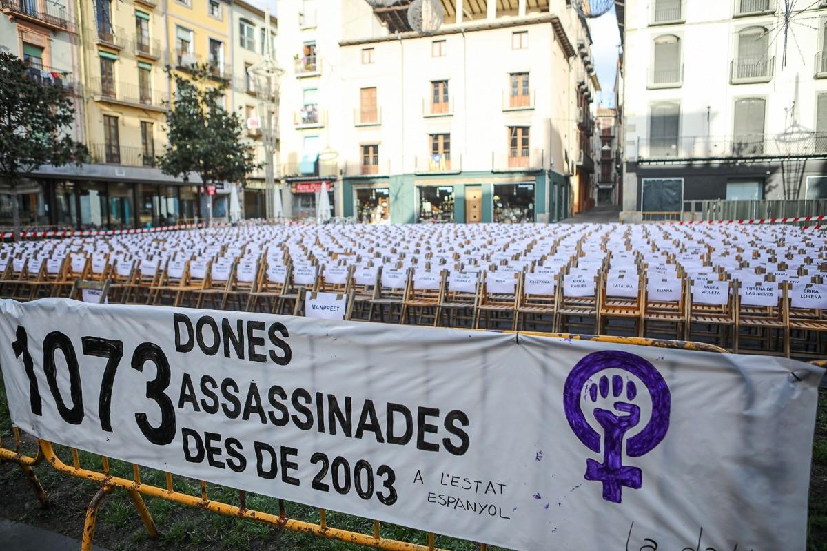 1.073 cadires buides a Olot per denunciar la violència masclista