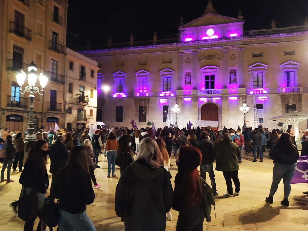 La concentració ha reunit unes dues-centes persones a la plaça de la Font.