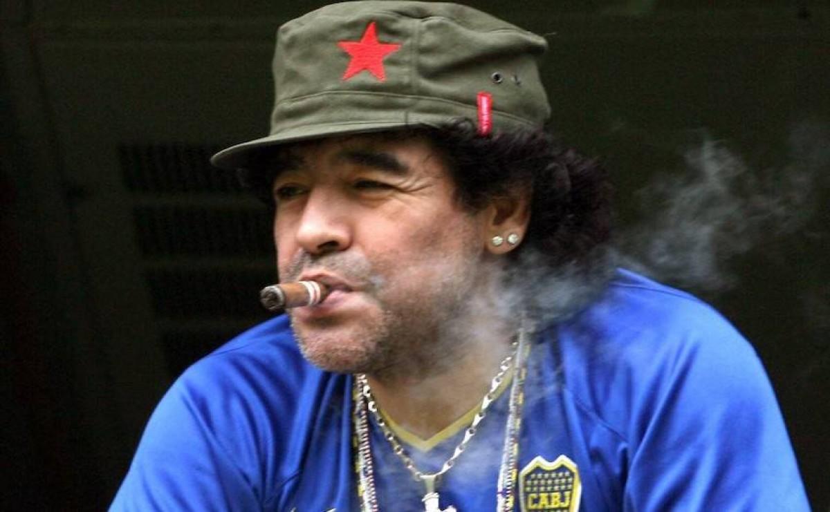 Maradona, fumant un havà