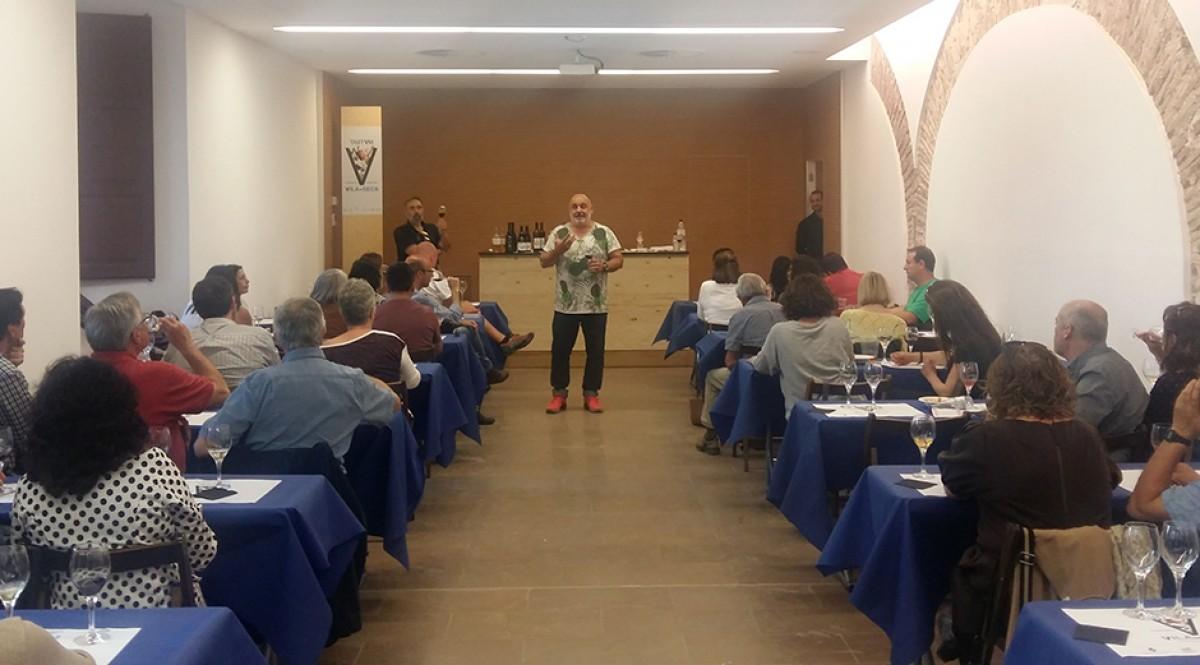 Jordi Alcover dirigint un tast de vins catalans