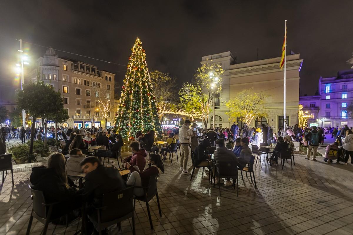 Gent a les terrasses dels bars a Sabadell.