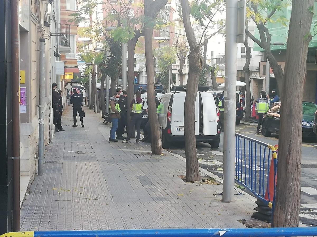 El carrer Reding de Tarragona, tallat pel dispositiu de la Policia Nacional.