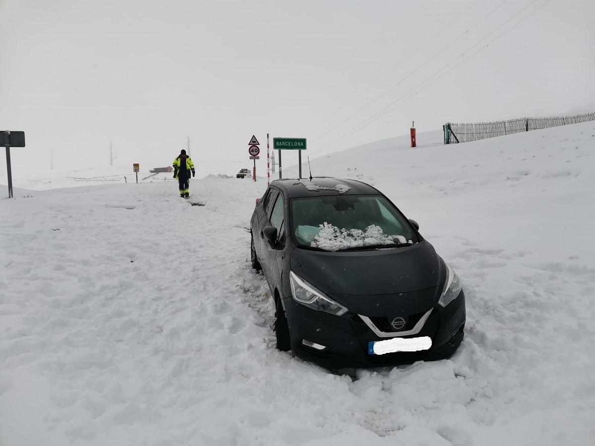 El vehicle atrapat per la neu a Coll de Pal.