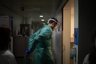 L'Rt i el risc de rebrot segueixen a la baixa mentre la pressió hospitalària s'accentua