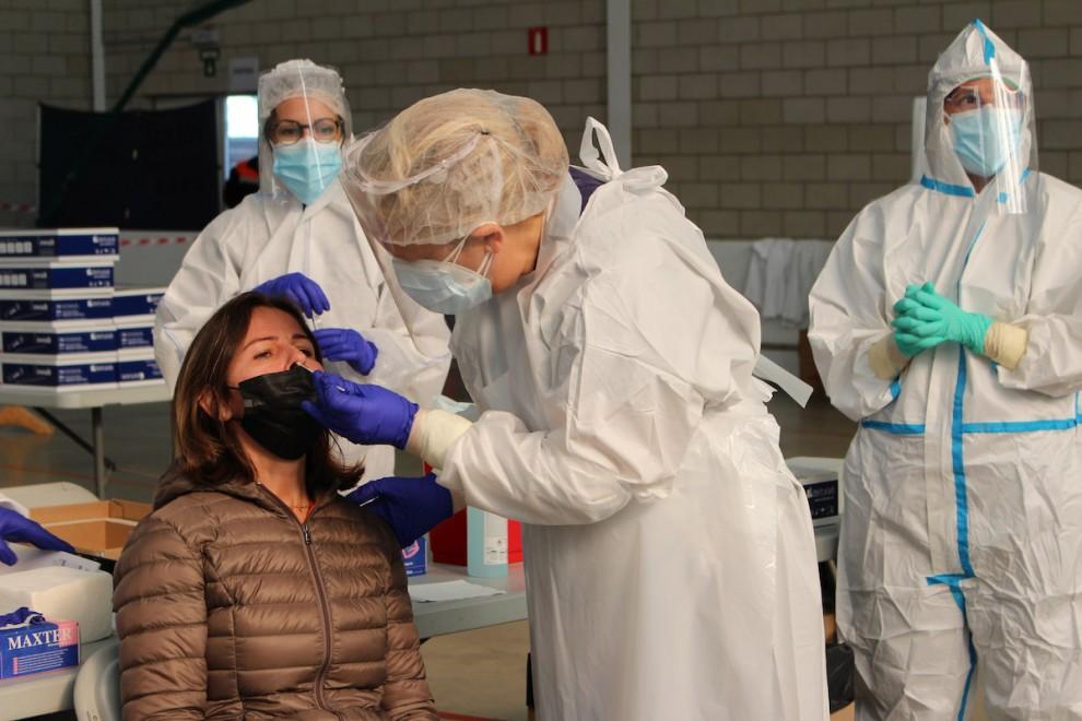 Un sanitari fent una prova PCR