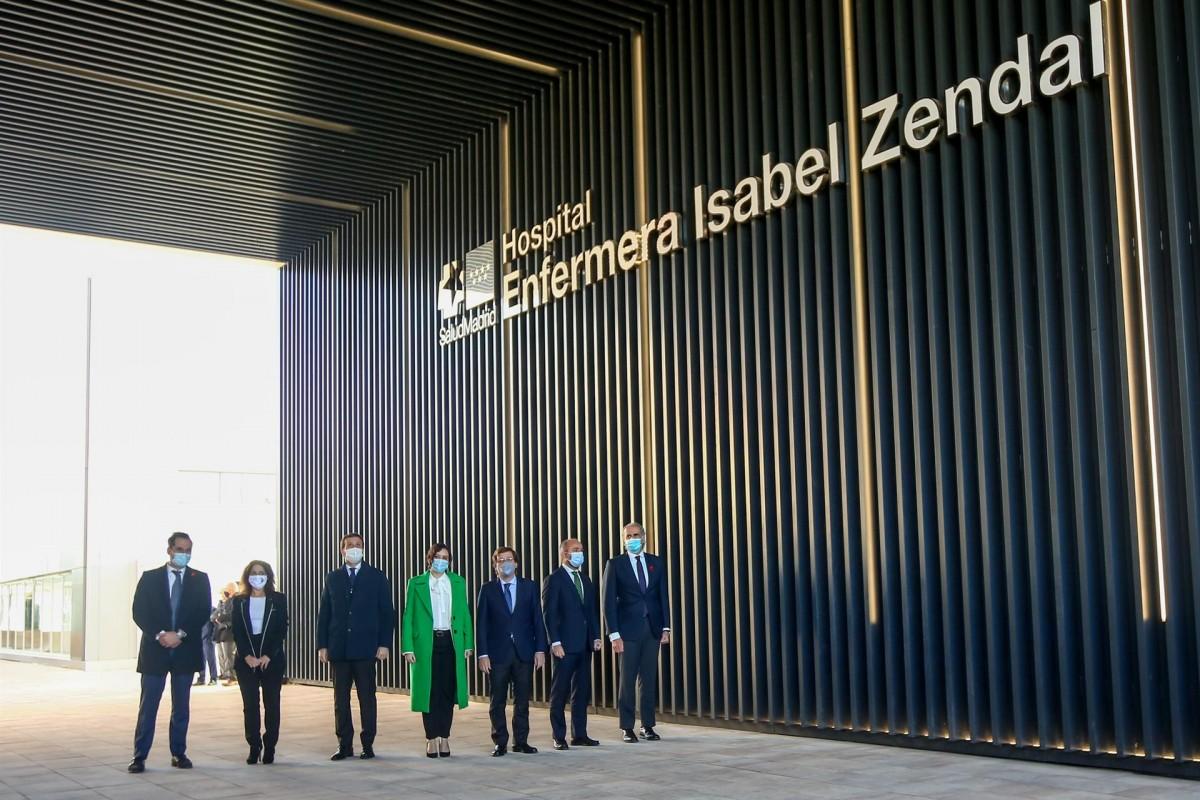 La presidenta madrilenya, Isabel Díaz Ayuso, en la inauguració de l'hospital Isabel Zendal.
