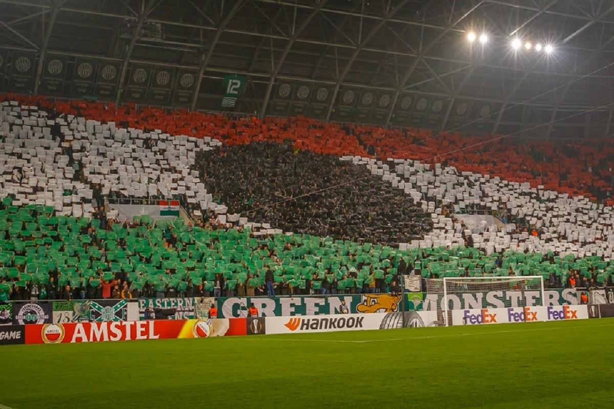 Els afeccionats del Ferencváros exhibeixen una bandera hongaresa anticomunista