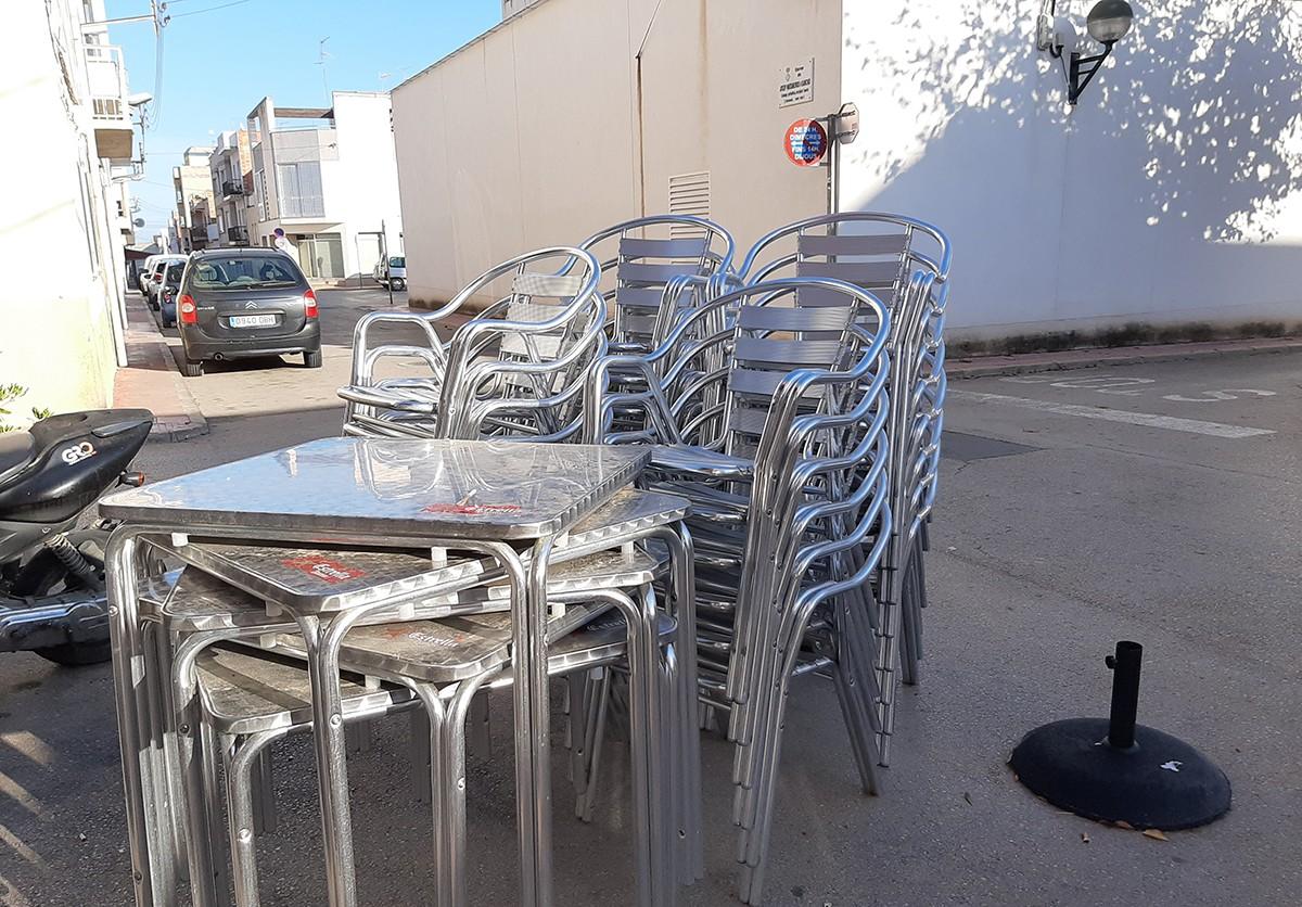Taules i cadires d'una terrassa de bar a Alcanar.