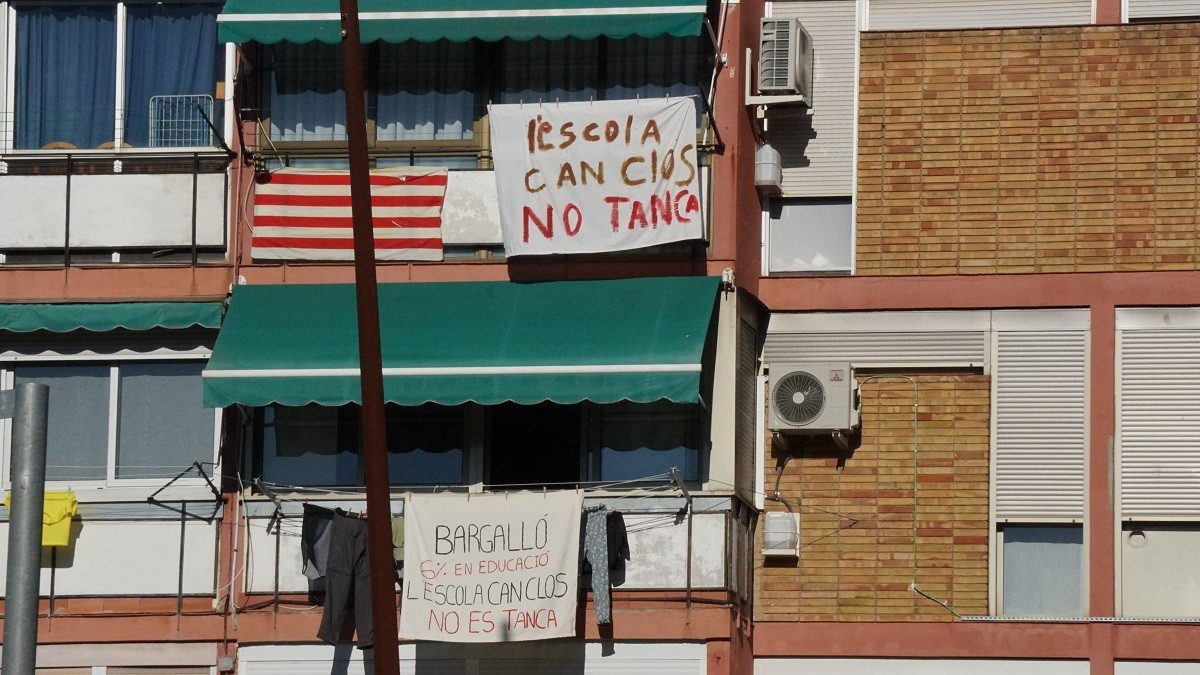 Pancartes contra el tancament de l'escola Can Clos