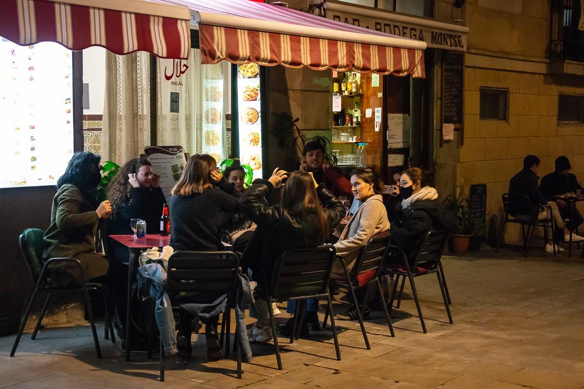 Ambient en una terrassa del barri del Raval de Barcelona