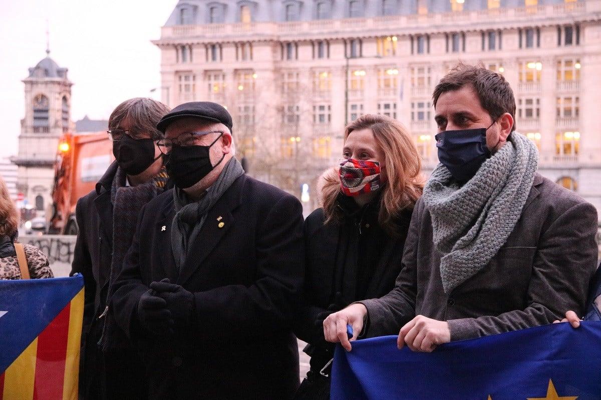 Lluís Puig, acompanyat de Carles Puigdemont, Toni Comín i Meritxell Serret a les portes del Tribunal d'Apel·lació