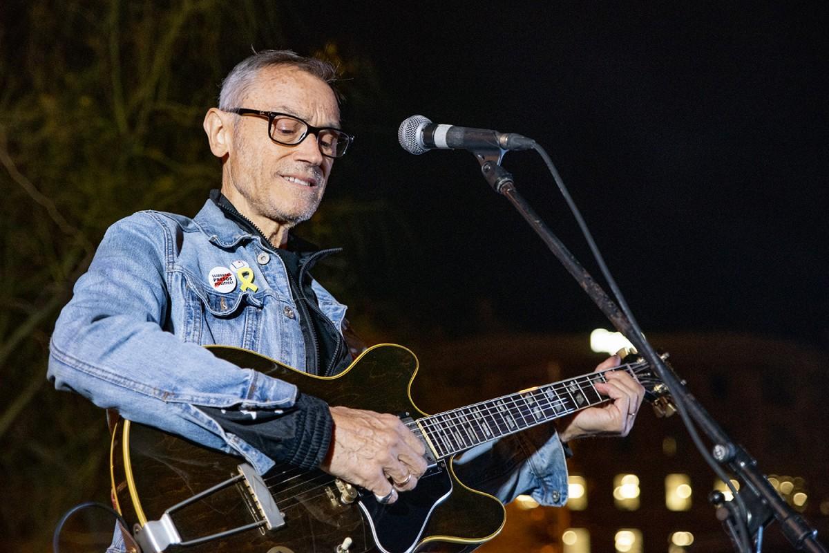 Amadeu Casas actuant pels estudiants a Plaça Universitat l'octubre de 2019
