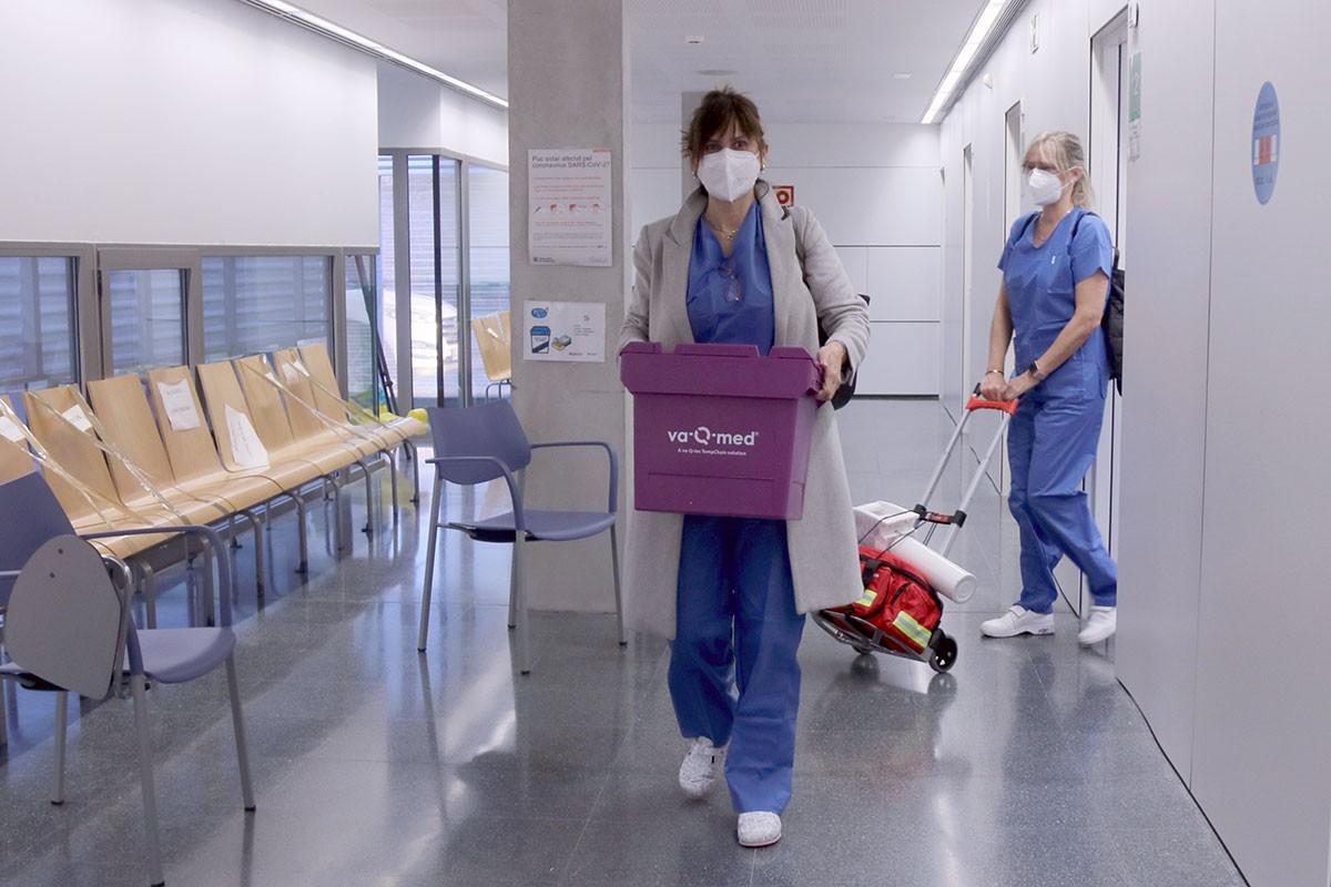 Dues professionals sanitàries traslladant les vacunes destinades a la residència de Flix.