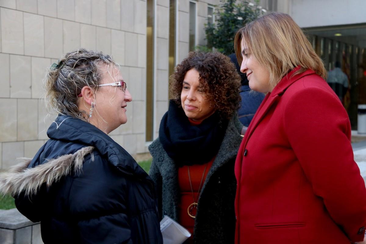 La regidora Marta Collell parla amb la batllessa de Figueres, Agnès Lladó, als jutjats.