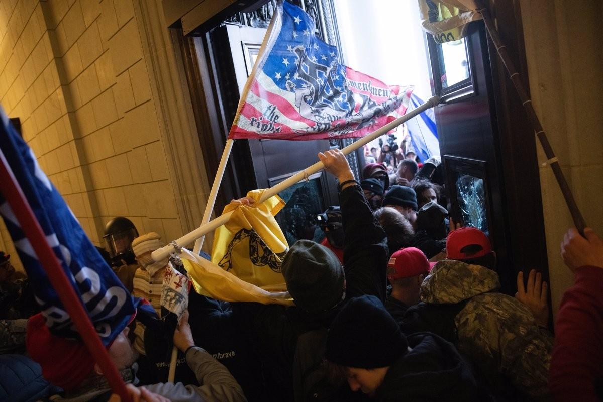 Manifestants ultres entrant per la força al Capitoli