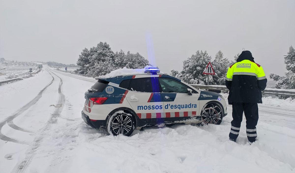 Una patrulla dels Mossos d'Esquadra durant el temporal