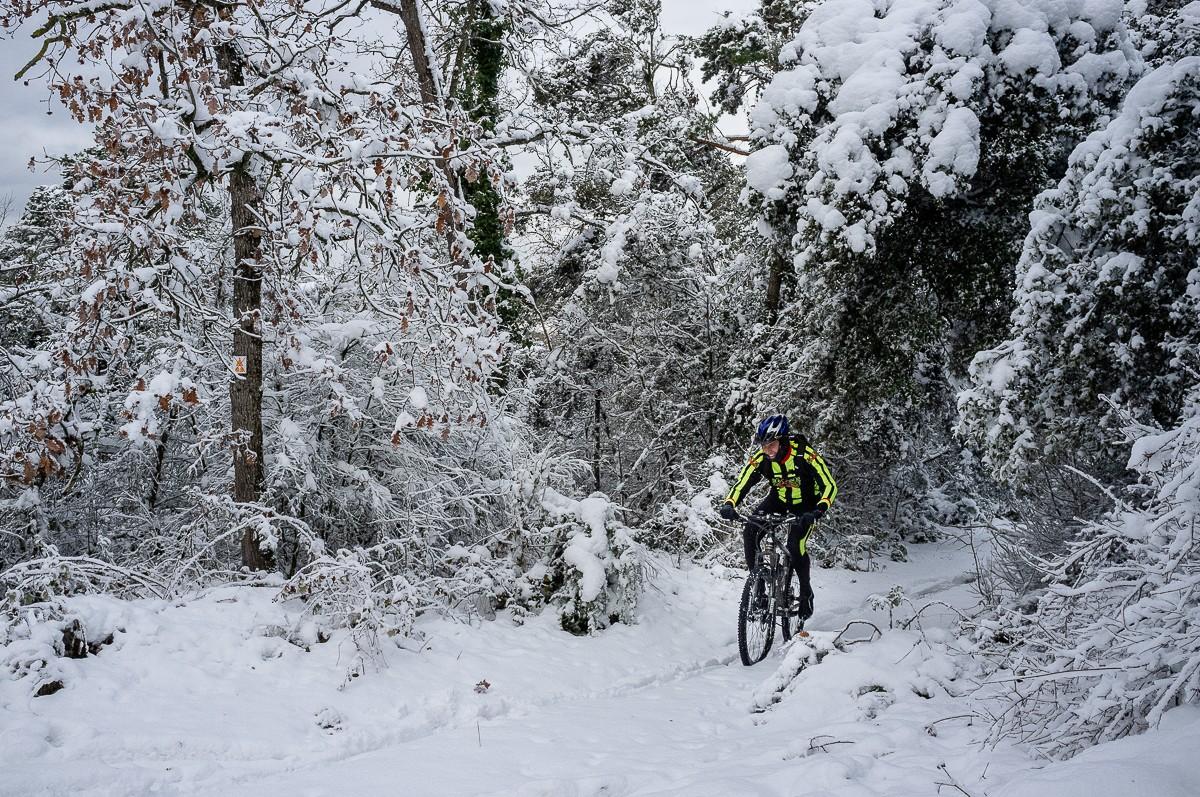 Ciclistes al Cabrerès, on s'ha acumulat molta neu durant el temporal Filomena