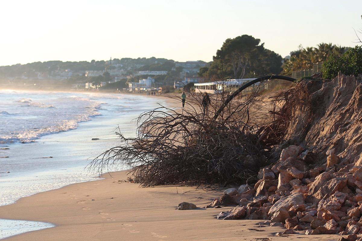 Els efectes del temporal a la platja Llarga de Tarragona.