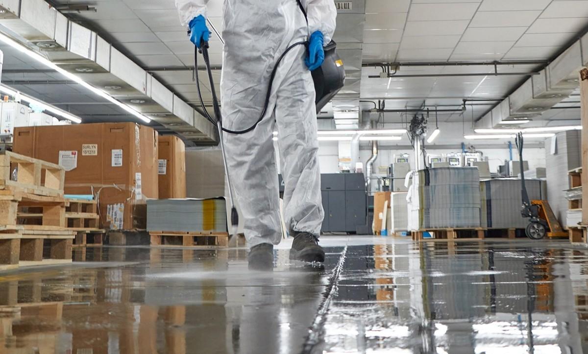 Un treballador del TacOsona desinfectant un espai