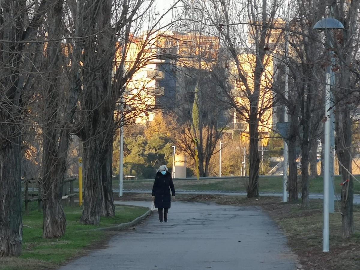 Una dona caminant per Sant Cugat