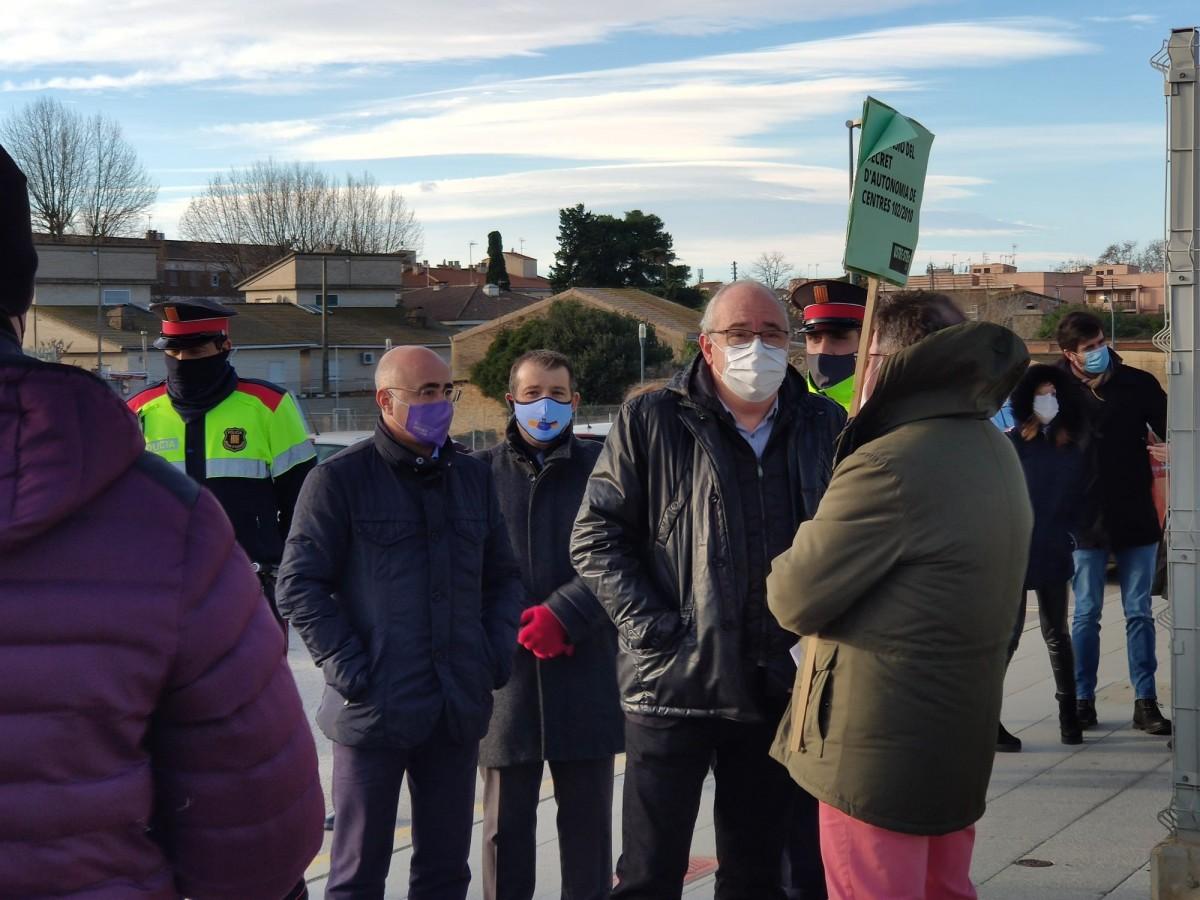 El conseller d'Educació, Josep Bargalló, parlant amb un representant sindical de la USTEC-STEs, aquest divendres a Cambrils.