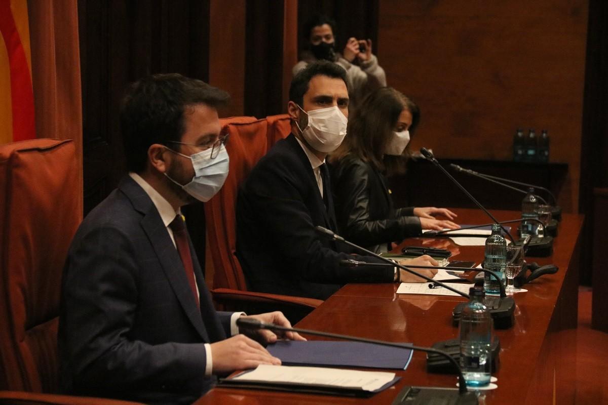 El vicepresident del Govern, Pere Aragonès, amb el president del Parlament, Roger Torrent, aquest divendres