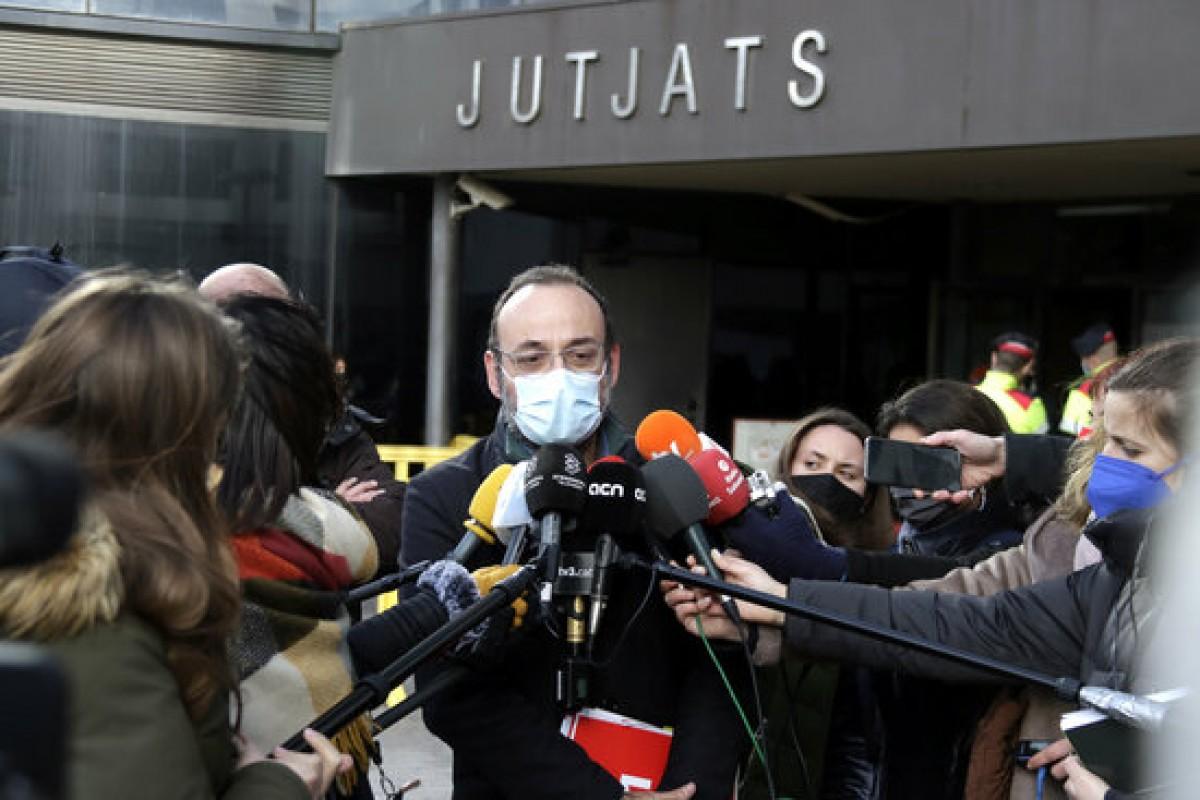 L'advocat Benet Salellas atenent els mitjans de comunicació