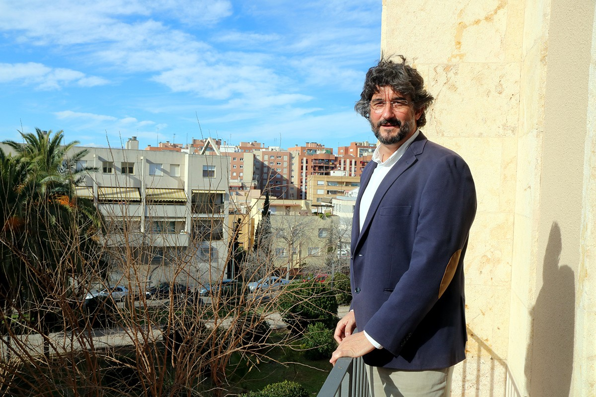 El gerent de la regió sanitària Camp de Tarragona, Ramon Descarrega, en un balcó del seu despatx.