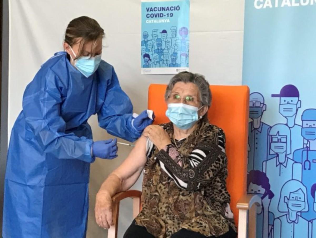 Leocàdia Peña, aquest matí, rebent la segona dosi de la vacuna.