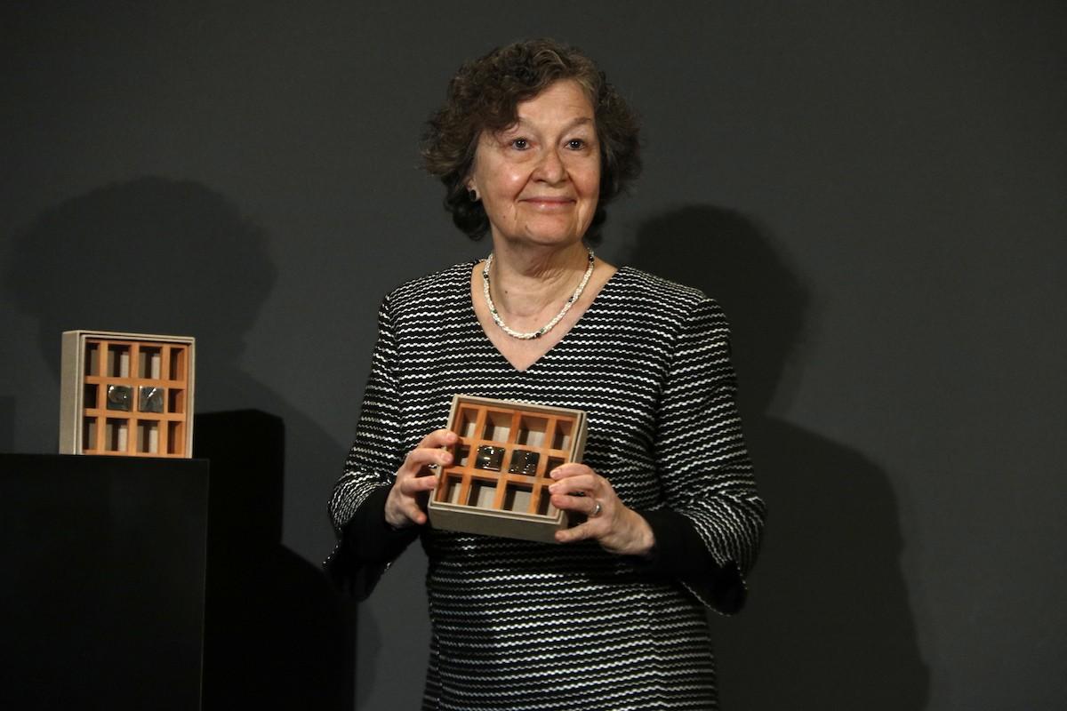 La guanyadora del Premi Josep Pla, Maria Barbal, mostrant el guardó