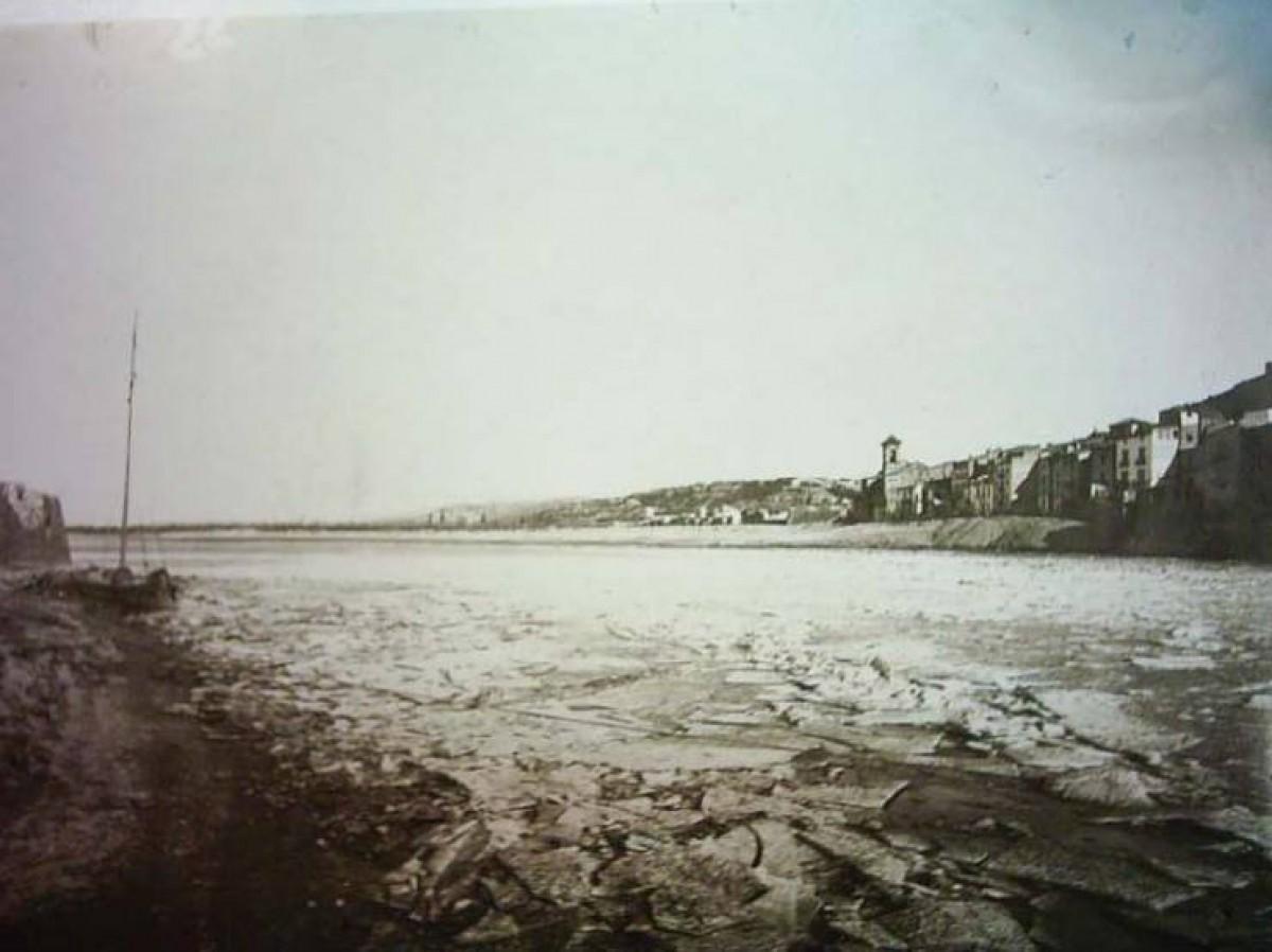 Imatge del riu Ebre pràcticament congelat, de banda a banda, al seu pas per Tortosa el 18 de gener de 1891