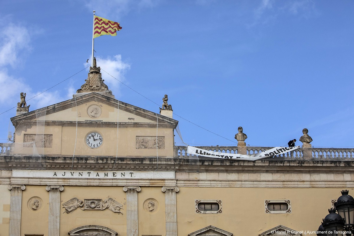 La pancarta s'ha instal·lat de nou al terrat de l'edifici consistorial.