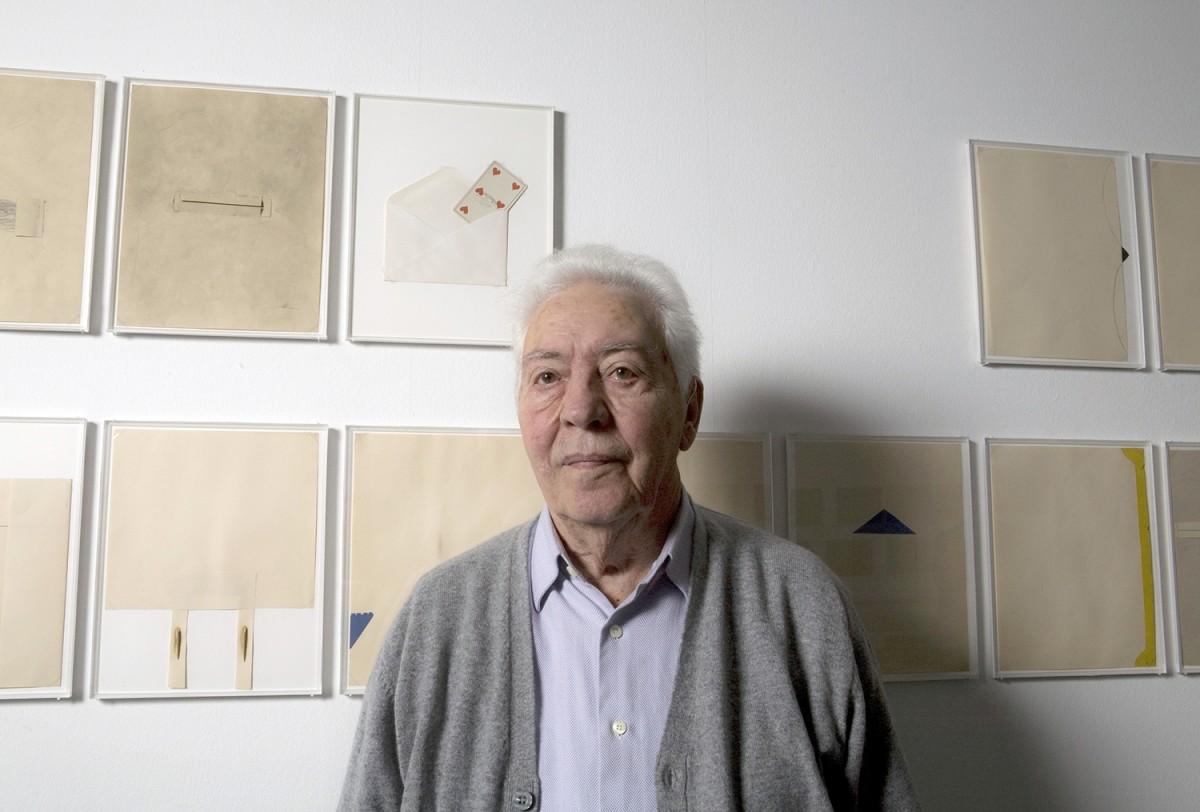 Josep Maria Mestres Quadreny, retratat al MACBA davant d'algunes obres del seu estimat Joan Brossa