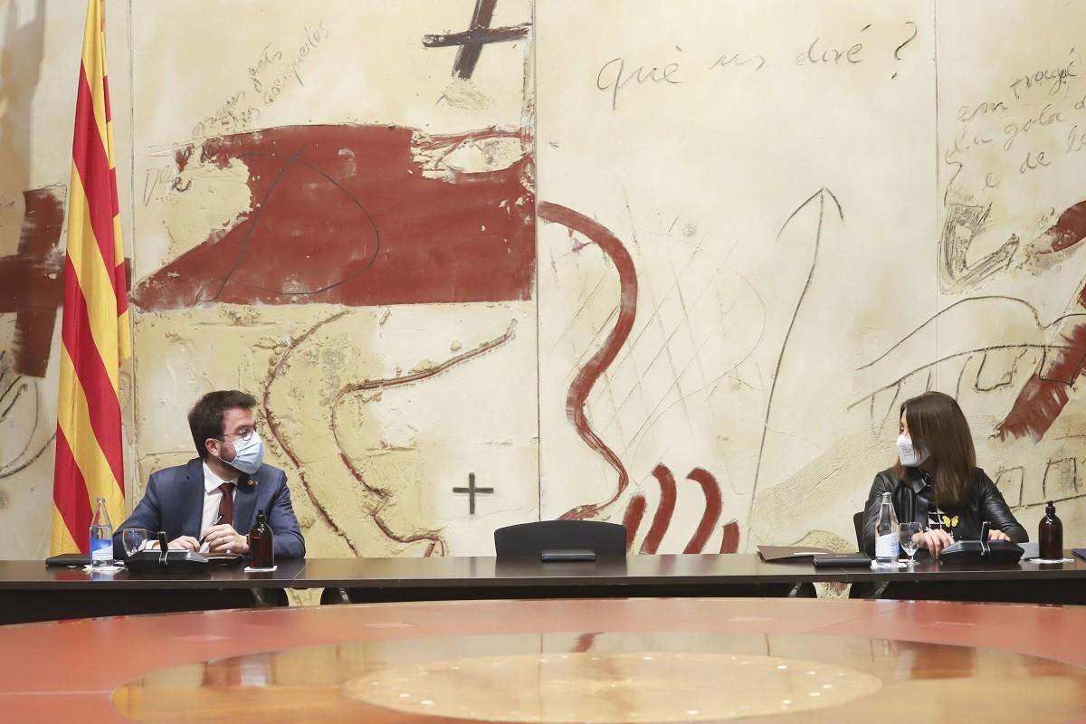Pere Aragonès i Meritxell Budó, en una reunió de Govern amb la cadira de president buida