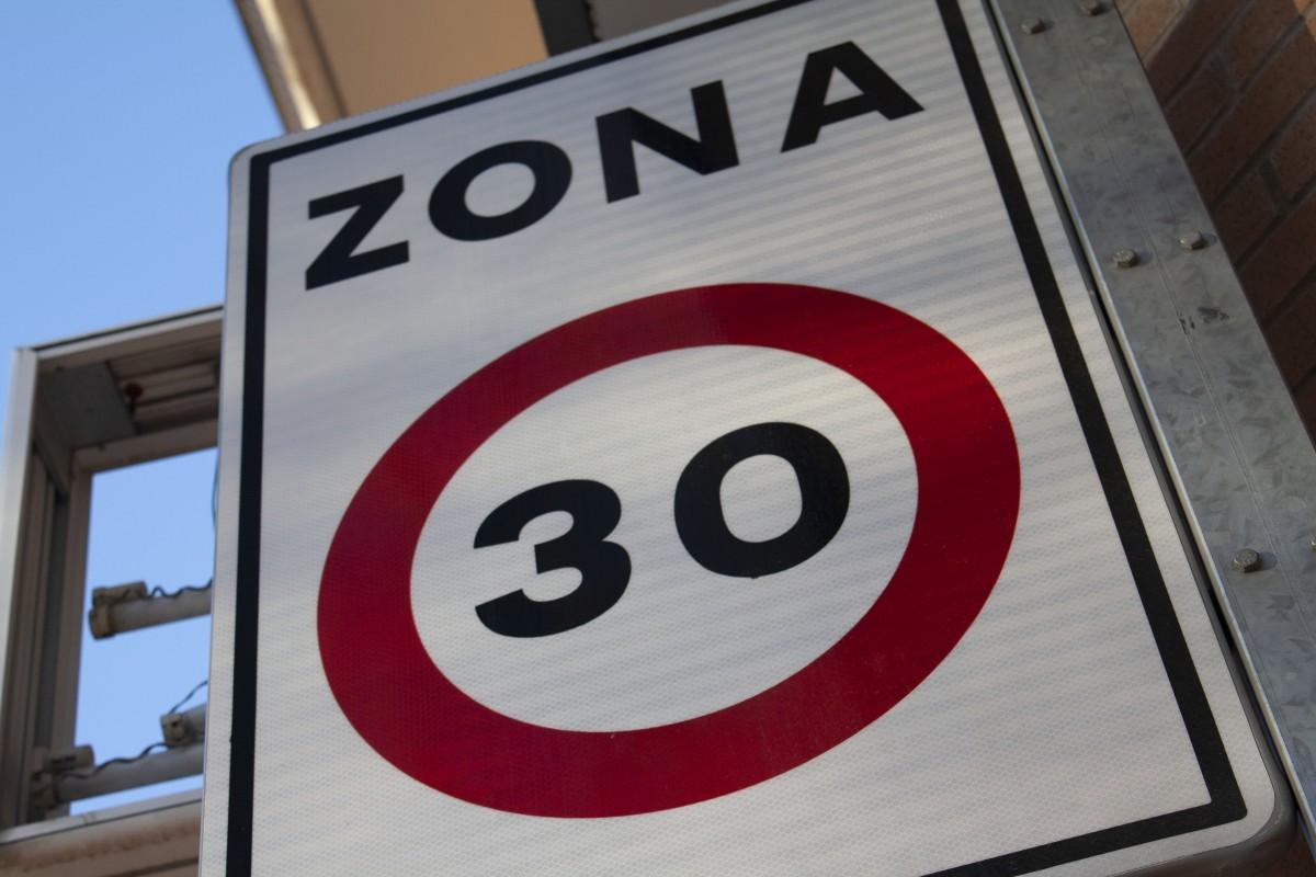 Cartell que indica la velocitat màxima permesa a la zona.