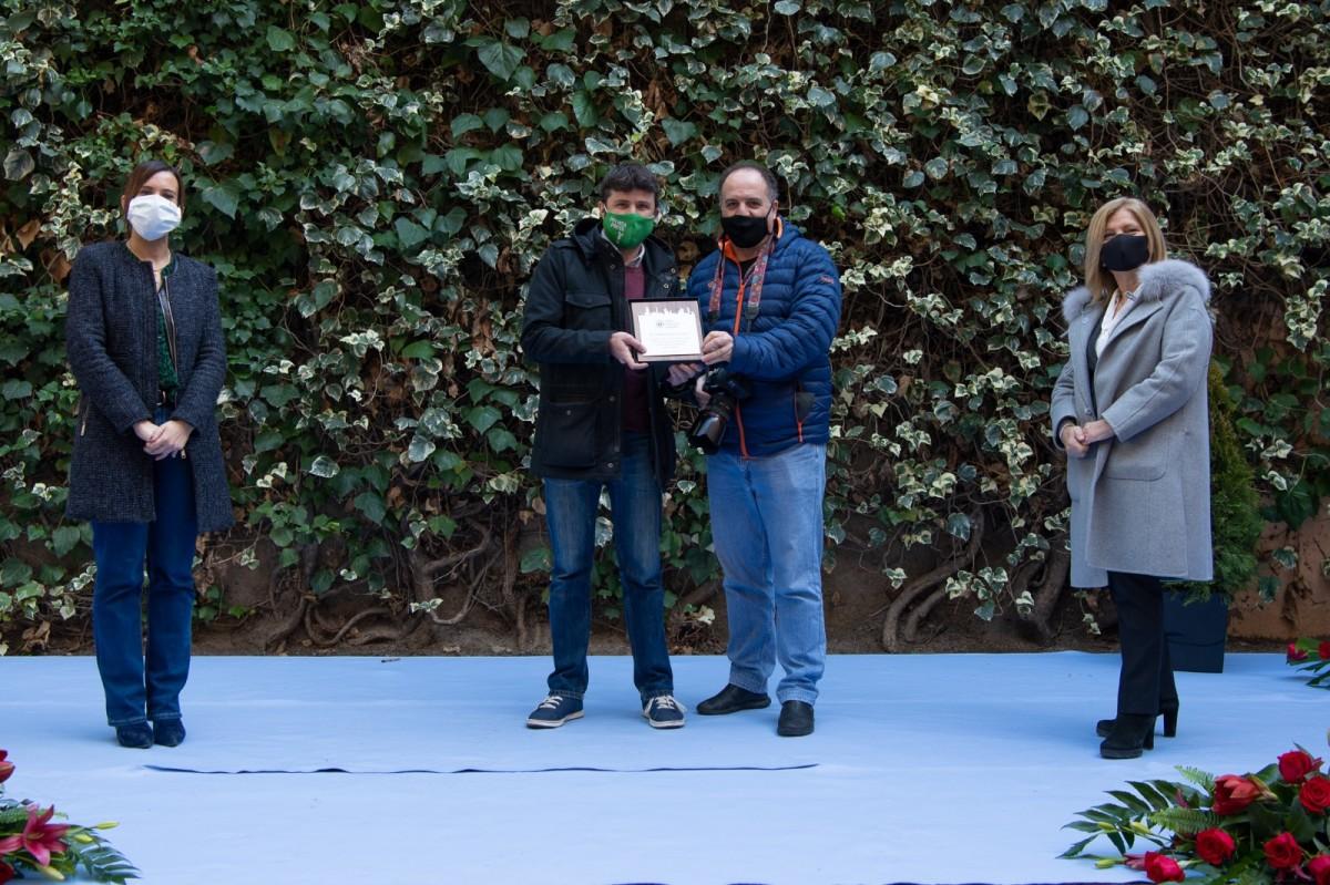 El periodista Albert Hernàndez i el fotògraf Juanma Peláez recollint el reconeixement